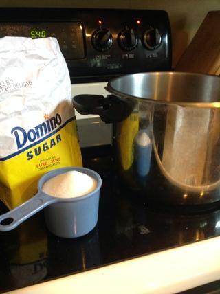 Una vez que el agua haya hervido y se añaden las bolsas de té, vierta una taza de azúcar y revuelva hasta que se disuelva. En este punto, el té debe llegar a la temperatura ambiente. Las bolsitas de té se pueden descartar.