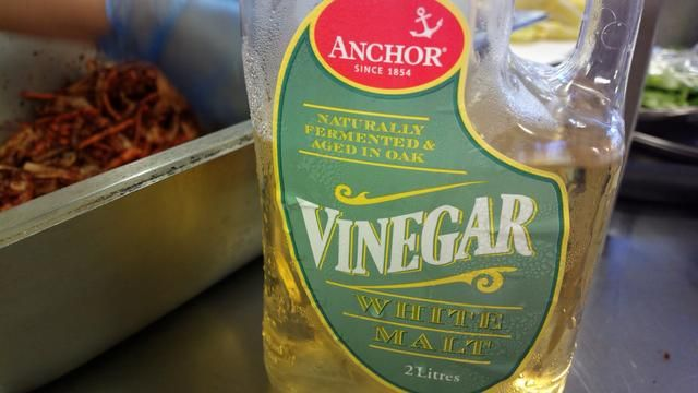 Añadir el vinagre un poco a la vez hasta el nivel de azúcar y la sal se habían disuelto en algo así como una pasta.