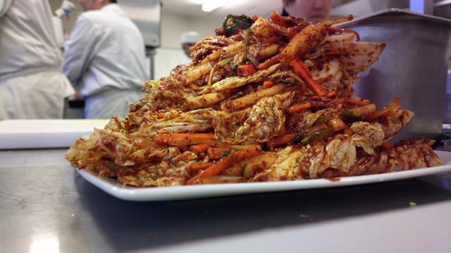 Si ha utilizado un plato, cubrir con papel de alimentos o en su envase y dejarlo en la nevera durante 6-8 días. La col se convertirá en claro y los olores del océano debe llenar su casa.