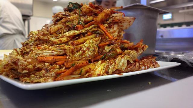 Hay más de 180 tipos diferentes de Kimchi. Todos son súper alimentos de Corea, enriquecidos con vitaminas que combaten el cáncer como la A, B, C, beta caroteno, acidophilus y una gran ayuda a la digestión. Increíble ¿no?