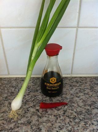Ahora prepara la salsa para panqueques. El uso de la salsa de soja, cebolleta y depende como lo caliente o no: el chile pimiento.