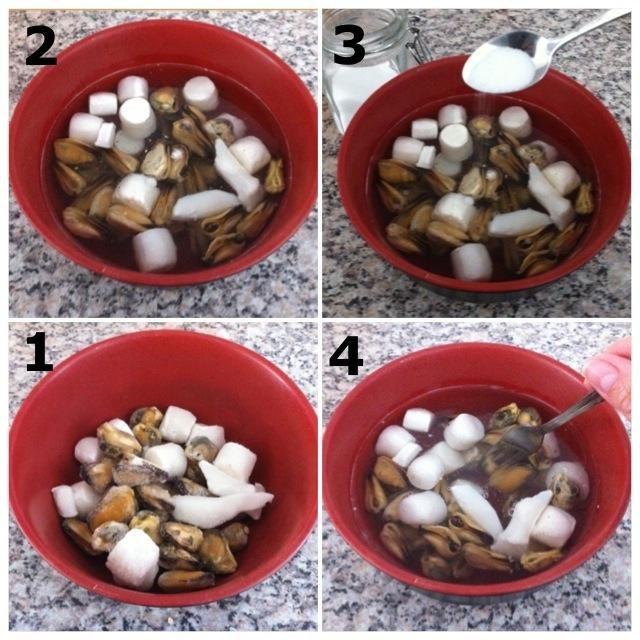Como mi paquete mixto de mariscos llegó directamente del congelador, tuve que descongelarlo. 1) Poner marisco congelado en de cuenco 2) Añadir helada agua 3) Añadir salada 4) Mezclar y dejar reposar durante un tiempo