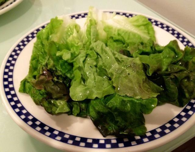 Lavar y hojas de lechuga plato.