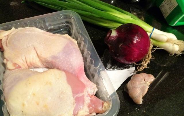 Ingredientes. Solía cebolla dulce que es más suave que la cebolla morada. Puede utilizar cebolla amarilla.