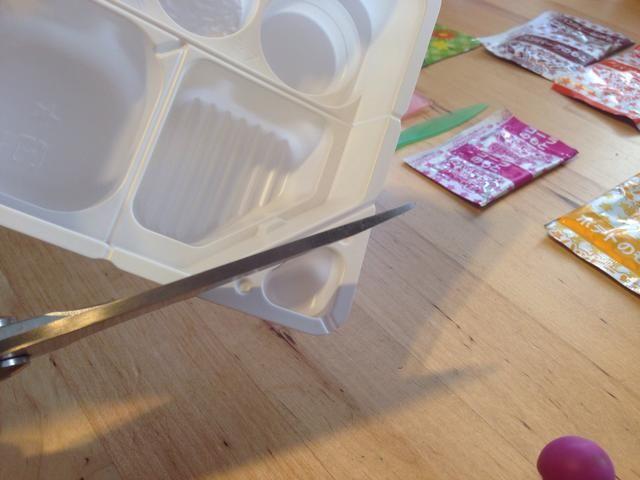 Lugar ingrediente paquetes fuera a otro y obtener bandeja, que se redujo en 3 piezas - Primero, corte la pequeña sección triangular - Esto se utiliza como agua Scoop