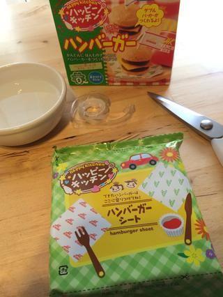 Después de abrir la caja encontrará Paquete Interno - Usted tendrá que cortar pedazos de paquete que se utilizará para la taza, papas fritas y accesorios de hamburguesas.