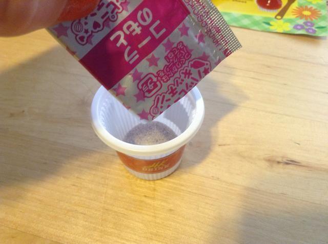 Obtenga su paquete definitivo: paquete ROSADO Cola Mix-Dump en la taza de la bebida