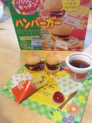 Y ahora tenemos nuestra Popin' Cookin ' Happy Kitchen Hamburger Mini Meal-Enjoy!