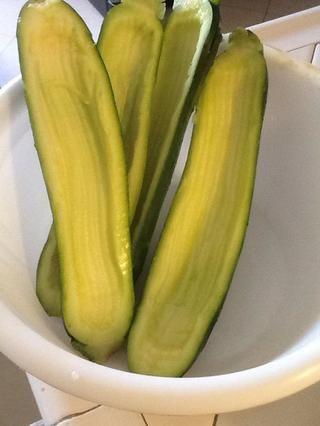 GIV los calabacines un buen lavado y el uso de un núcleo de ballet melón a cabo para asegurarse de calabacín
