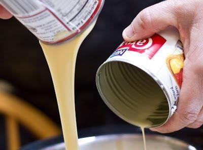 En un tazón grande mezcla juntos: 1 lata de leche evaporada, 1 lata de leche condensada swetened. 2 tazas de crema de leche
