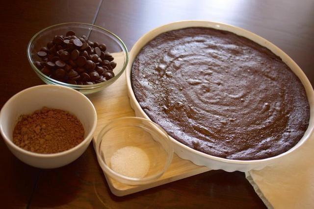 Vierta la mezcla en un aceitado de 10 pulgadas forma primavera sartén o 12 pulgadas plato para hornear tarta. Hornee a 350 grados durante 25-30 minutos, o hasta que un palillo de dientes puede insertarse y extraerse limpio.