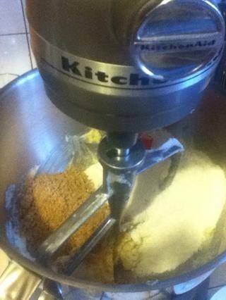 Añadir las almendras molidas y la mezcla de harina hasta que todo combinado.