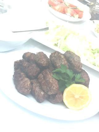 Servir en un plato con una guarnición de tzatziki! Delicioso :)