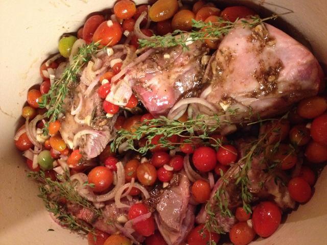 Añadir los tomates y las ramitas de tomillo