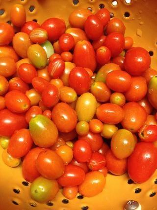 Tengo tomates frescos de mi jardín. Tomates cherry son ideales para ensaladas también!