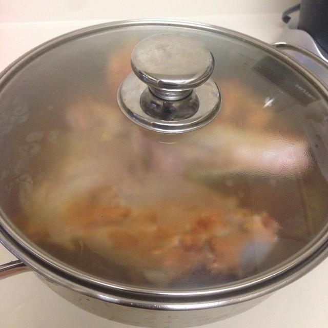 Tape y cocine a fuego lento durante 20-30 minutos a fuego medio