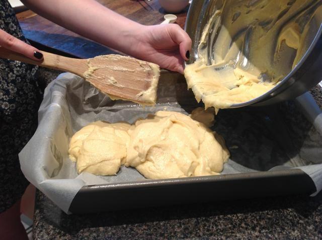 Coloque la mezcla en un molde ligeramente engrasado forrada con papel de hornear sin palo y hornee por 20 minutos o hasta que esté cocido cuando se prueba con un pincho.