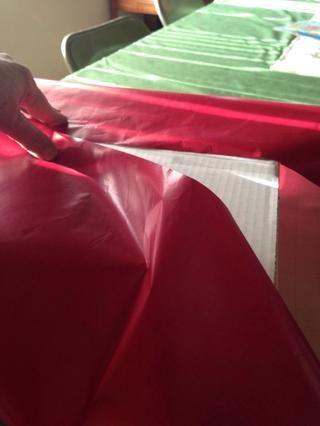 Envuelva cajas con papel de regalo.
