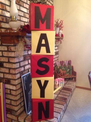 Cortar las letras de cartulina de colores. Hacerlos grande para caber el bloque. El uso de cinta de doble cara o pegamento, se adhieren letras.