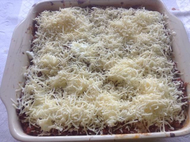 Después de la última capa, por lo general tratan de cubrir con la salsa boloñesa y, a continuación, el queso en la parte superior .. De esa manera, cubierto con la salsa de tomate, el won de pasta't dry ..