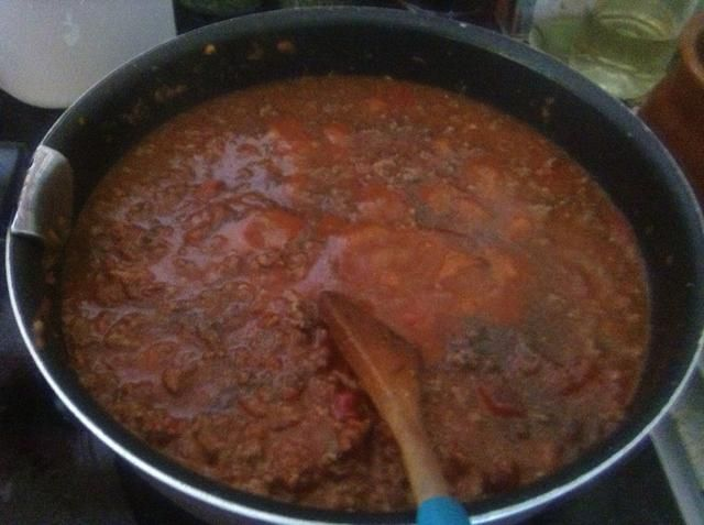 Cuando la carne es de color rosado, agregue la salsa de tomate