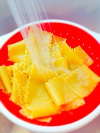 Cocer las láminas de lasaña al dente y enjuagarlos en agua fría para detener la cocción