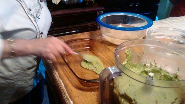 En el molde agregar una cucharada sopera de pesto para crear la base donde recostar la lasaña