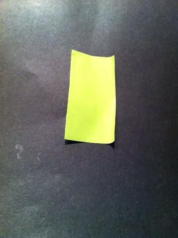 Y ahora para el vástago. Puede rol o doblar el papel. Que sea lo suficientemente estrecha como para que pase por el agujero que sopló en el paso anterior.