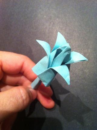 Empecemos. Cortar el papel de la impresora en un cuadrado. Don't discard the remainder, you will need it to fold or roll the Stem.