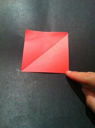Desdoble el papel y observe la marca del doblez.