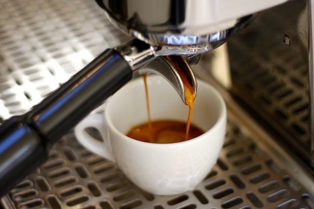 Tire de su espresso.