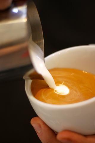 Mueva el lanzador cerca de la parte superior de la copa. Esto establece suavemente espuma blanca en la parte superior del resto de la bebida en lugar de empujar a la parte inferior de la copa.