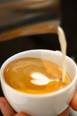 Para terminar la cola del corazón, tire de la leche a través del extremo del corazón desde una altura media.