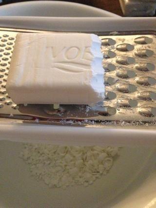 Rallar la barra de jabón.