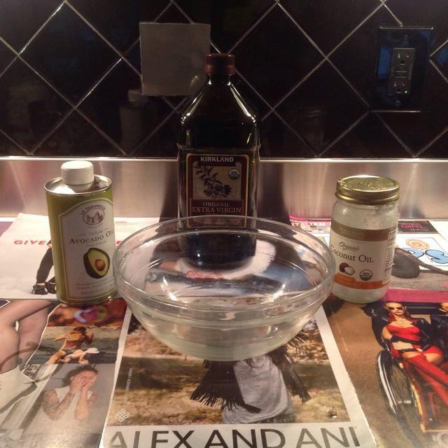 Combinar los 3 aceites (no incluidos los aceites esenciales) en un recipiente grande de vidrio.