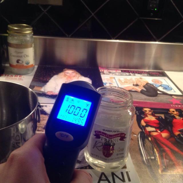 Mida la temperatura de la lejía + mezcla de agua y la mezcla de aceite. Espere hasta que ambas mezclas son entre 95 y 105 grados Fahrenheit para proceder.