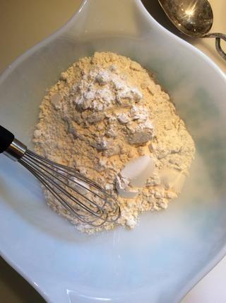 En un tazón lugar- 2 c de harina, 2 cucharaditas de polvo de hornear y la sal 1/2 cucharadita.