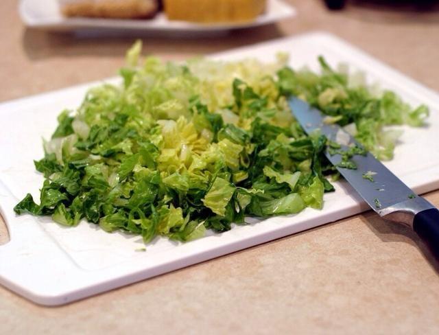 Picar la lechuga y añadirlo a la ensalada