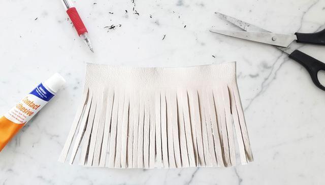 Corte con cuidado las tiras finas de todo el camino hasta el final de la pieza, asegurándose de que todas las tiras son igualmente 0,5 cm de ancho. Asegúrese de hacer una parada en la línea fronteriza 2cm cada vez.