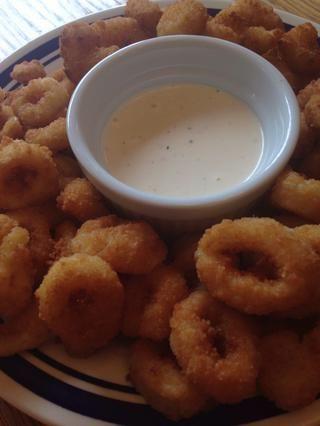 Servir con calamares empanados o camarón frito. ¡Disfrutar!