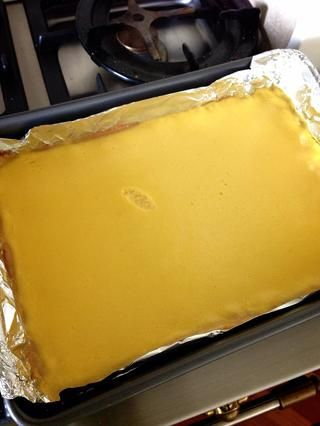 Hornear durante 25 minutos y ¡voilá! PD. DON'T TOUCH THE LEMON BARS! As you can see it needs to cool to set the top. I was so excited and dabbed my finger right onto it...