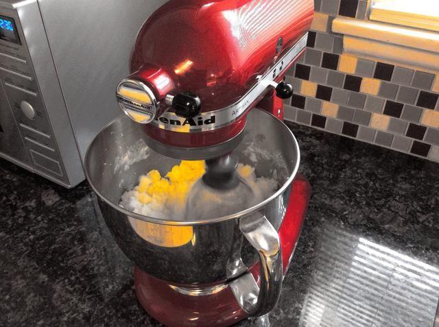 Batir la mantequilla y el azúcar a velocidad media durante unos 3 minutos. Mezcla aparecerá ligera y esponjosa. Batir en el aceite, la ralladura de limón, jugo de limón y el extracto de vainilla. Agregar los huevos uno a la vez en la velocidad más baja.