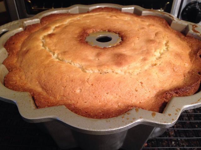 Tome un plato para servir y colocar en la parte superior del molde Bundt. Rápidamente invertir torta a la placa.