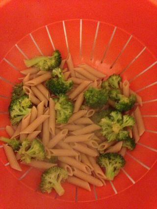 Mezclar penne y brócoli juntos.