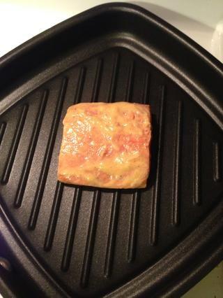 Empezar a cocinar el salmón. Dejar cocer 2 minutos.