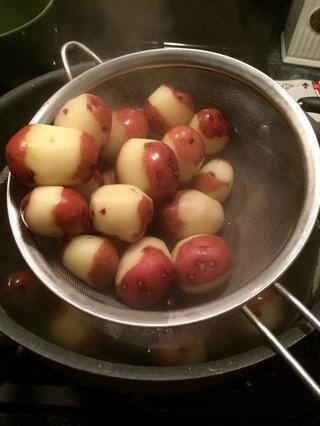 Las patatas son cooked.lets eliminarlos con un colador y lo menosprecian.
