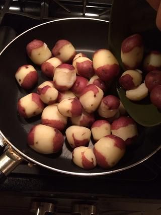 Puse mis papas calientes en una sartén. Esto es opcional. Puede mantener las patatas en un recipiente y simplemente verter la salsa por encima.
