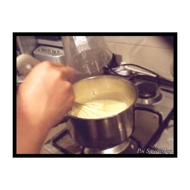 Ponga su mezcla en una olla y poner el gas en baja, entonces empezar a mezclar hasta que's hot the get the lemon juice and put 3 grams into the lemon juice and start mixing the pour it in the egg mixture