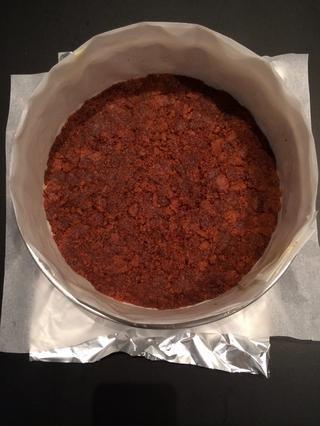 Pulse las galletas en el molde. Ponga la nevera. O usted podría ponerlo 5 minutos para hornear. El 1 cucharada de azúcar ayuda a cimentar la corteza. Luego dejar enfriar