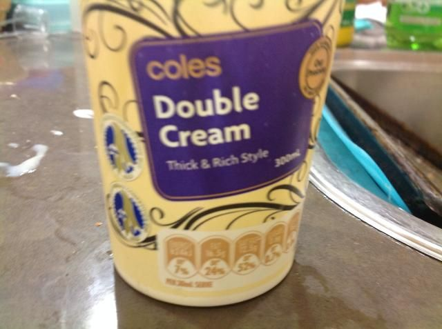 Añadir la crema doble a la taza, seguir latiendo.